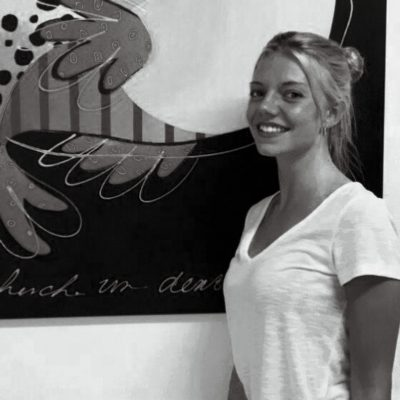 Picture of the artist Tessa Hermes in front of a painting
